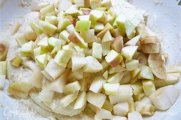 Пока подогревается молоко приготовим яблоки и грушу. Фрукты моем, вырезаем семенные коробки и нарезаем небольшими кубиками.