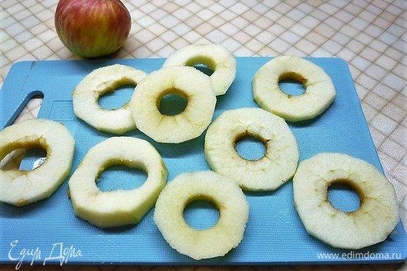 Подготовим яблоко для украшения. Для этого из яблока удаляем сердцевину и нарезаем тонкими слайсами.