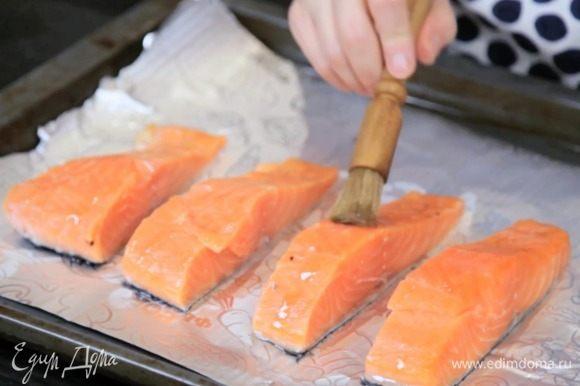 Рыбу нарезать на 4 порции, выложить на противень, смазать маслом, посыпать солью, перцем и сушёным чесноком. Убрать в духовку в режиме гриль на 6-8 минут.