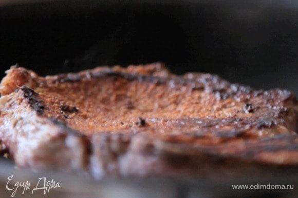 Обжарить на сковороде. Степень прожарки выбирайте сами. Как только мясо будет готово, переложить его на тарелку и накрыть фольгой.