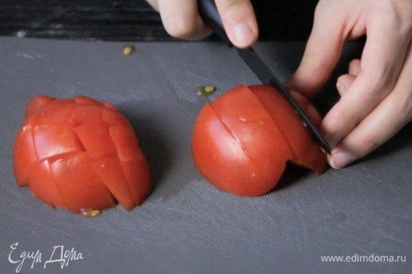 Нарезать крупно томаты, порубить зелень.