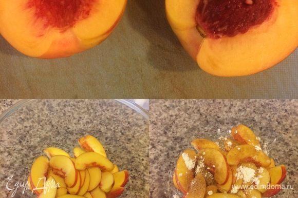 Нектарины нарезать. В миске смешать нектарины, сахар, кардамон, крахмал и сок лимона.