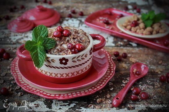 Сливочную кашу разложить по порциям, по желанию подавать с ягодами и свежей мятой.