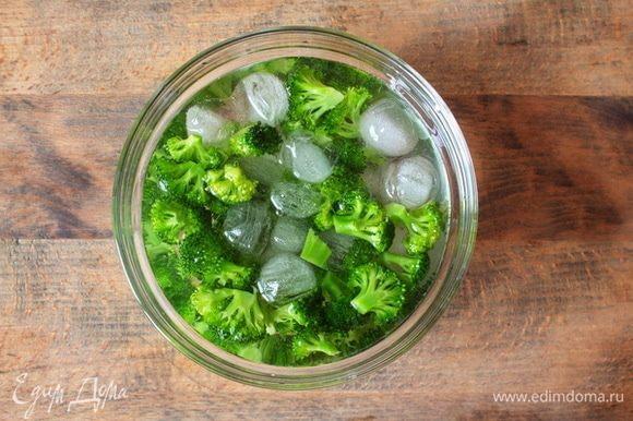 Готовую брокколи шоково погрузить в ледяную воду, чтобы она не потеряла сочность цвета. Если вы планируете готовить брокколи для завтрака, то это можно сделать с вечера и подготовленную охлажденную брокколи убрать в холодильник.