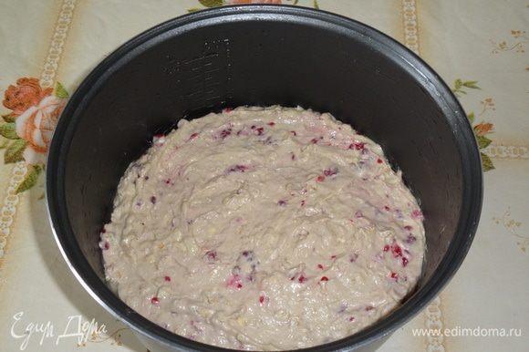 Чашу мультиварки смазываем растительным маслом. Выкладываем тесто.