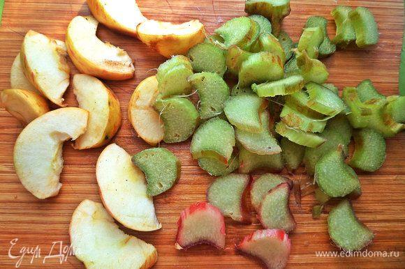 Мелкие садовые яблоки и ревень нарезать.