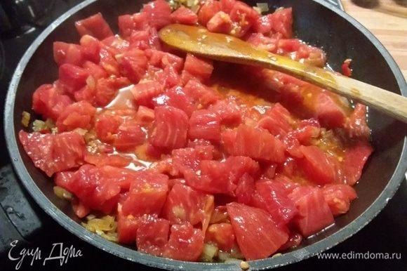 В той же сковороде пассеровать лук, чеснок и перец чили до прозрачности. Добавить томатную пасту. Коротко обжарить и добавить помидоры в собственном соку, предварительно их измельчить. Я использовала свежие зрелые помидоры, предварительно сняв с них кожицу. Добавить бренди и тушить 10 минут.