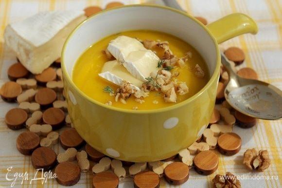 Добавить сыр бри, посыпать обжаренными грецкими орехами.