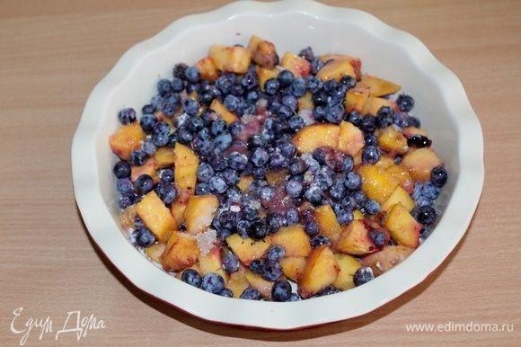 В форму выложить фруктово-ягодную смесь.