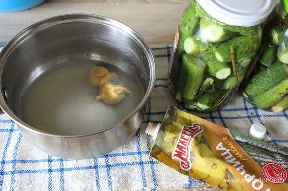 Слить воду с банок в кастрюлю. Добавить сахар, соль и горчицу ТМ «МахеевЪ».