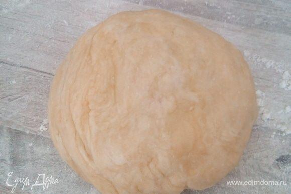 Из воды, растительного масла и муки со щепоткой соли замесить мягкое, податливое тесто.