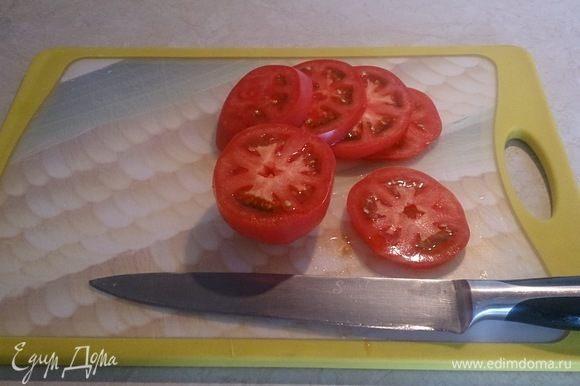 Тем временем нарезаем толстенькими шайбами томаты.