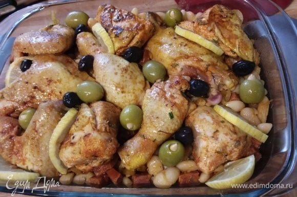 Выложить курицу на фасоль. Маринад смешать с копченой паприкой и влить в форму. Между кусочками курицы разложить ломтики апельсина (у меня лимон) и маслины (у меня зеленые и черные).