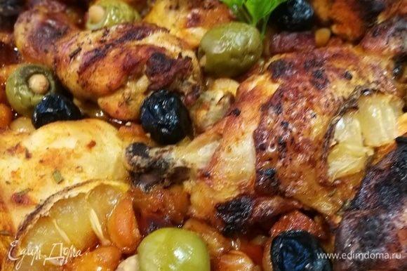 Запекать в заранее разогретой до 200°С духовке 50 минут или до готовности курицы.