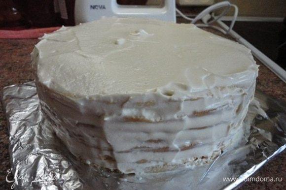 Промажьте коржи, также бока и верх, стараясь выровнять как можно тщательнее. Вероятно, нужен крем с более плотной структурой для этих целей, чтобы бока были идеально ровными. Поставьте торт в морозильную камеру на 1 час. Подравняйте крем шпателем или большим ножом. Выдержите в морозильной камере еще часок.