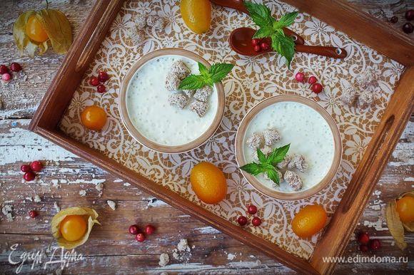 Готовый йогурт из козьего молока с апельсином гарнировать отрубями «Лито» Три злака (Сила овса) и подавать с любимыми ягодами или фруктами.