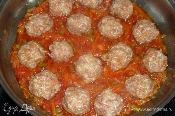 Добавляем в сковороду к овощам подготовленные фрикадельки с рисом.