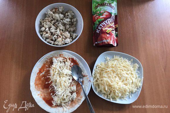 Лепешку смазываем соусом, в моем случае кетчупом ТМ «Махеевъ», выкладываем 2 ст. л. фарша, посыпаем сыром, заворачиваем лепешку, перекладываем в форму.