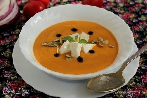 Разлить суп по тарелками, украсить брынзой и тыквенными семечками.