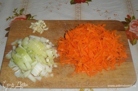 Очищаем и нарезаем лук и чеснок. Морковь трем на терке.