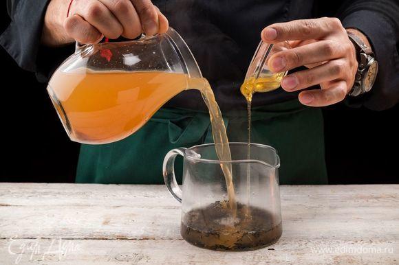 На дно чайника положите зеленый чай, залейте его процеженным имбирно-лимонным отваром.