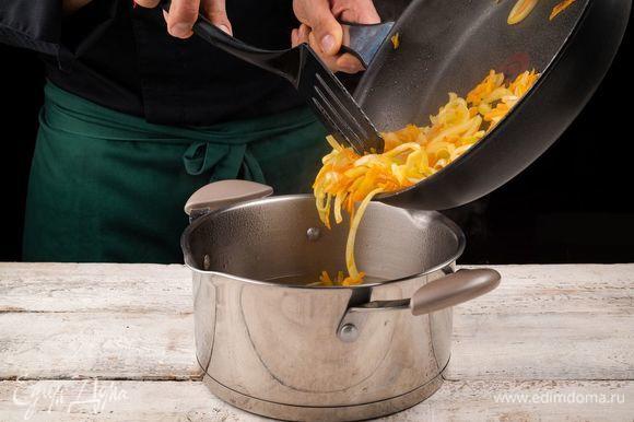 Добавьте тушеные овощи и доведите до кипения.
