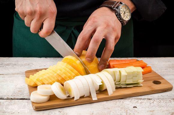 Тыкву, морковь и лук-порей очистить и нарезать крупными кусками.