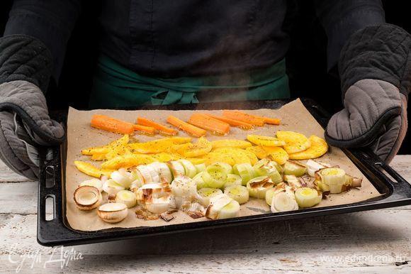 Сбрызнуть оливковым маслом и запечь в духовке до мягкости при 200°С.