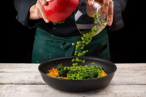 Добавьте в сковороду все специи, затем положите шпинат и горошек, не размораживая. Тушите еще 5 минут.