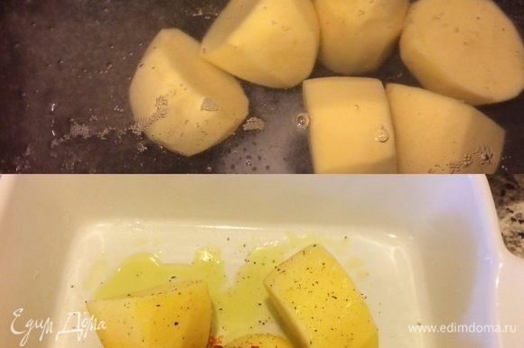 Очищенный картофель, бросить в кипящуюю подсоленную воду и варить 7-10 минут. Затем достать, положить в форму, обмазать перцем, аджикой и оливковым маслом.