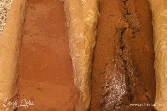 Вылить тесто в форму Д(26) см и выпекать 55-60 минут до «сухой спички».