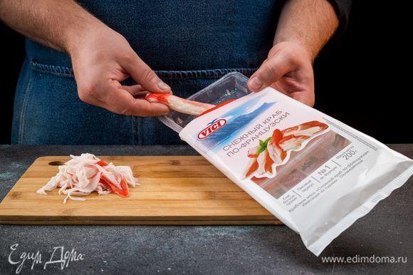 Крабовое мясо «Снежный краб по-французски» порвите руками.