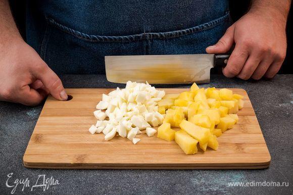 Отварите картофель и яйца. Картофель очистите и нарежьте кубиком, яйца также нарежьте кубиком.