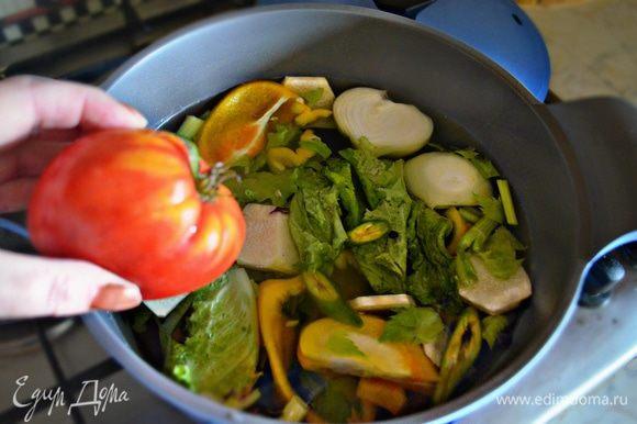 Все овощи нарезаем на крупные куски, заливаем водой (3-3,5 л) и доводим до кипения. Затем необходимо добавить соль, перец горошком и варить около 45 мин. до готовности овощей.