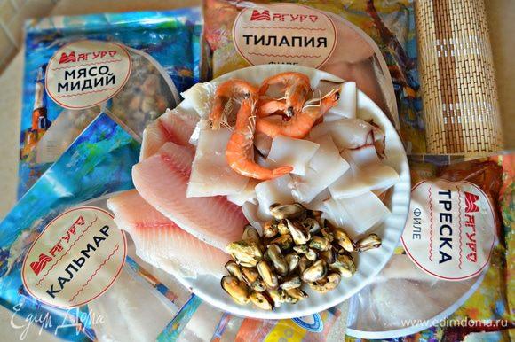 Разморозить рыбу и морепродукты ТМ «Магуро». Рыбу и кальмары нарежьте на небольшие кусочки.