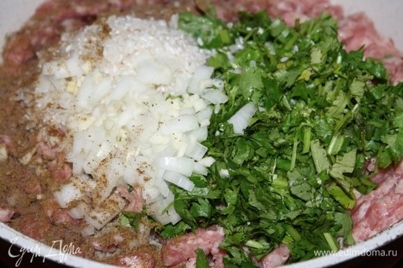 К фаршу добавить промытый рис, нарезанный лук, зелень, перец и соль.