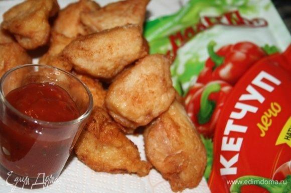 Подать с томатным кетчупом. У меня кетчуп лечо с кусочками овощей от ТМ «МахеевЪ».