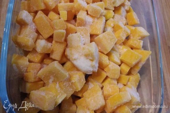 Для кускуса порезать тыкву на мелкие кубики, смешать с 2 ст. л. оливкового масла и солью, запечь в духовке до готовности (около 15 минут). Время приготовления зависит от сорта тыквы, но не превратите ее в кашу.