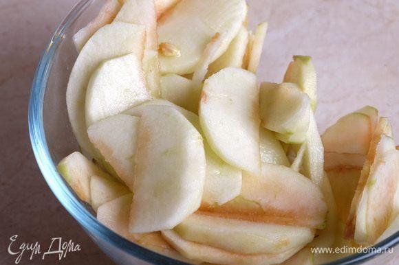 В это время займемся начинкой. Яблоки необходимо вымыть, очистить от сердцевины и кожуры. Нарезать тонкими ломтиками. Из половины лимона выжать сок и полить яблоки им — так они не потемнеют.