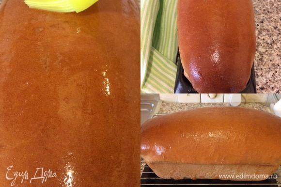 Горячий хлеб смазать растопленным сливочным маслом, достать из формы и полностью остудить на решетке.