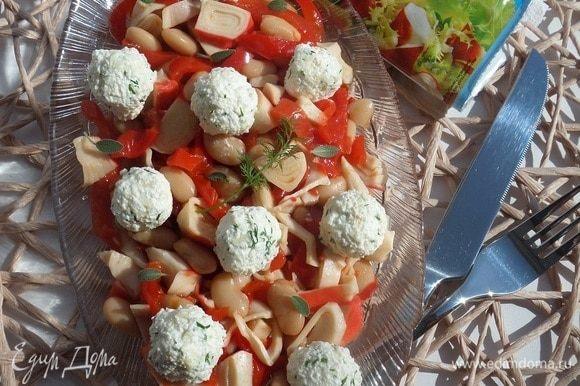 Подаем салат, добавив свежей зелени.