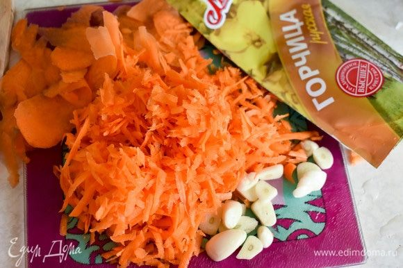 Морковь натереть на терке, чеснок нарезать.