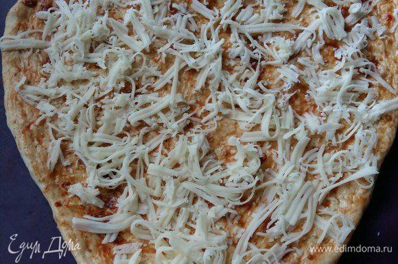 Посыпать сверху, натертым на мелкой терке сыром моцарелла. Также можно заменить своим любимым сыром.