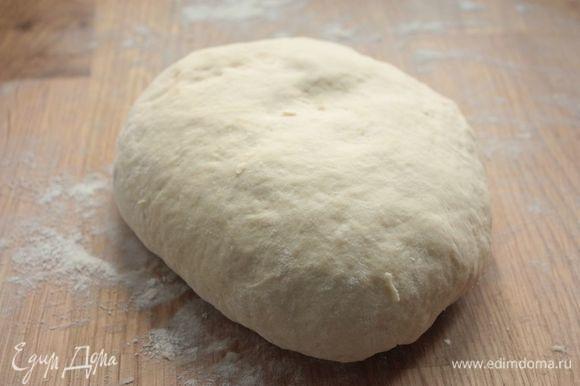 Тесто получается очень послушным и пластичным. Не стоит его сейчас вымешивать до гладкого состояния: накройте его чистым полотенцем и оставьте на 15-20 минут, чтобы в нем развилась клейковина. По прошествии 20 минут обомните тесто, поместите его в емкость, накройте полотенцем и отправьте подходить в первый раз буквально на 30 минут.