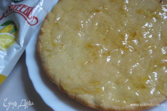 Собираем торт. Хорошо смазываем все коржи лимонным джемом ТМ «МахеевЪ», кроме верхнего.