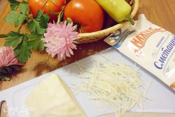 Белокочанную капусту нарезать очень тоненькой соломкой. При желании, можно примять капусту руками.