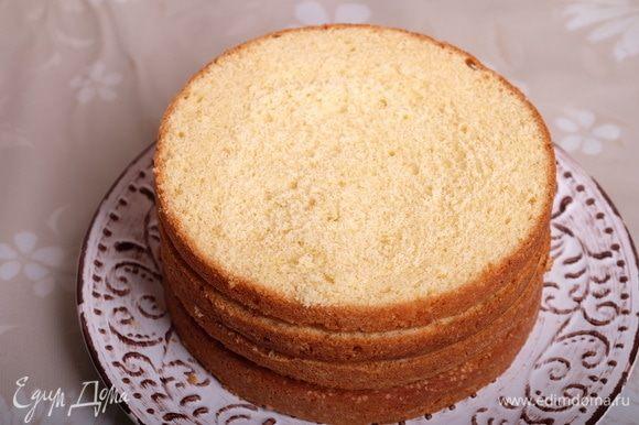 Собираем торт. Для этого разрезаем оба коржа пополам — получается 4 одинаковых коржика.