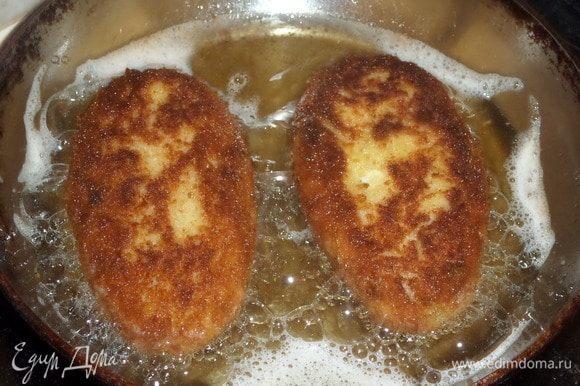 Выкладываем зразы на разогретую сковороду с растительным маслом. Обжариваем зразы с двух сторон до золотистого цвета.