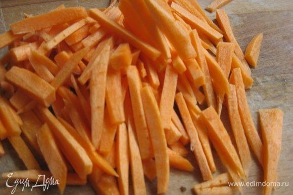 Морковь почистить, нарезать соломкой.