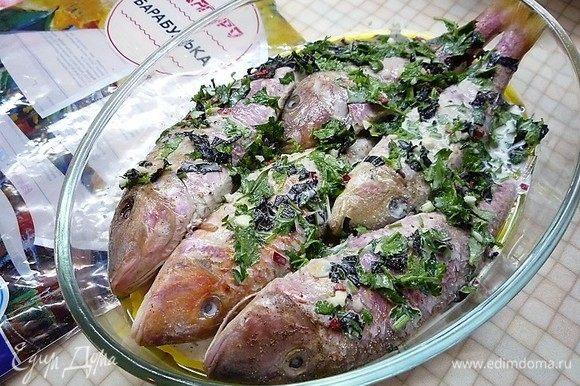 Форму смазываем оливковым маслом, выкладываем барабульку ТМ «Магуро», в брюшко каждой рыбки выкладываем по ложке соуса и заливаем рыбу оставшимся соусом.